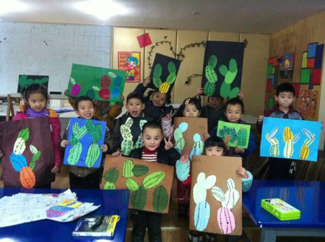 孩子们与父母共同制作撕贴画仙人掌